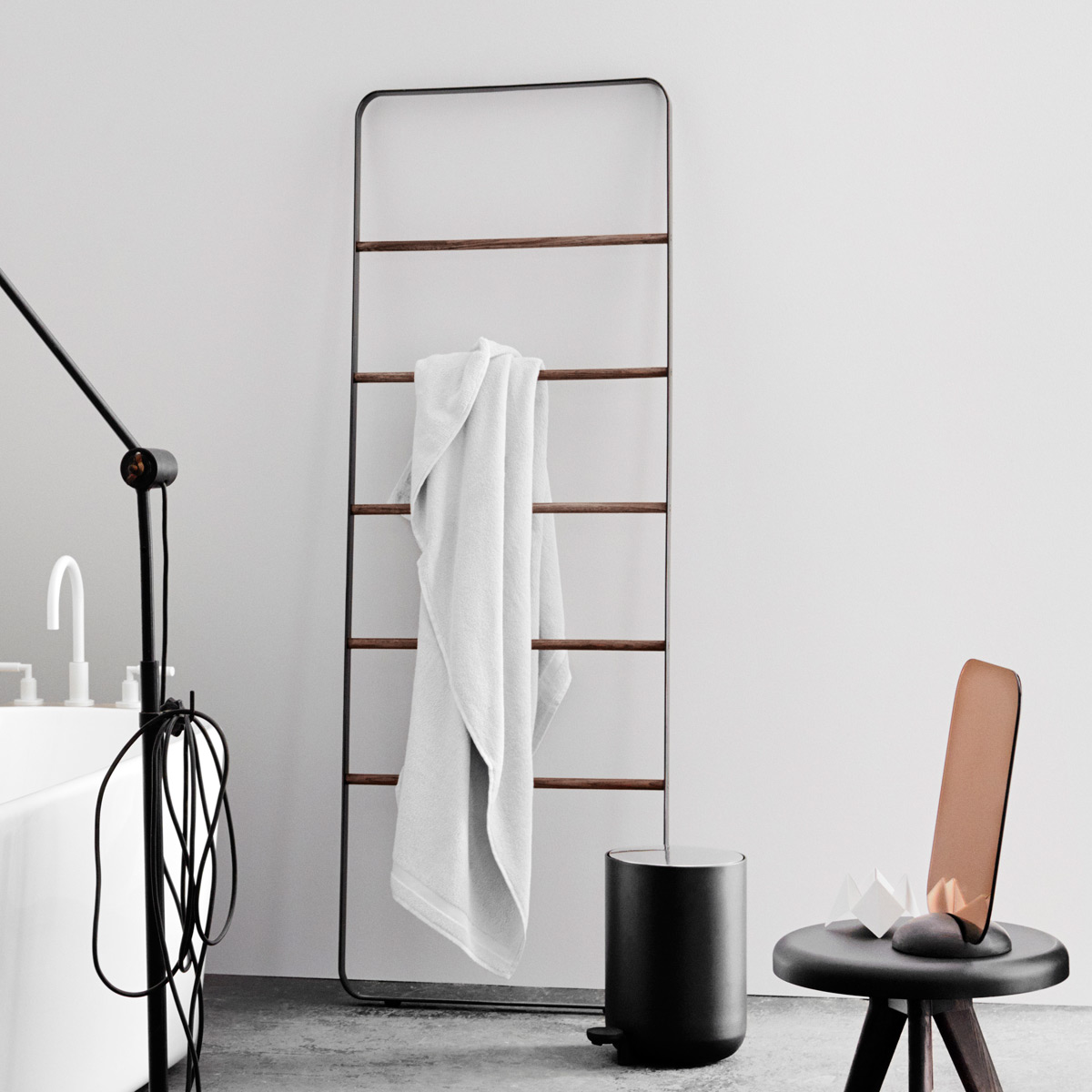 towel-ladder_black_atmo_1